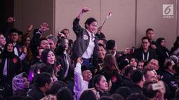 Pendukung capres nomor urut 01 Joko Widodo atau Jokowi menyanyikan yel-yel saat memberi dukungan dalam debat kedua capres di Hotel Sultan, Jakarta, Minggu (17/2). Dalam debat kedua ini tidak ada kisi-kisi. (Liputan6.com/Faizal Fanani)