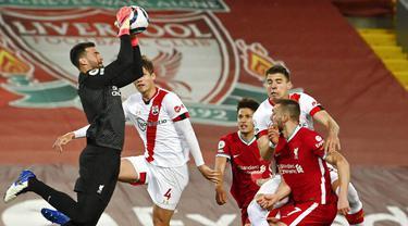 Kiper Liverpool, Alisson Becker, menangkap bola saat melawan Southampton pada laga Liga Inggris di Stadion Anfield, Minggu (9/5/2021). Liverpool menang dengan skor 2-0. (Paul Ellis/Pool via AP)