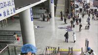 Petugas menyemprotkan cairan disinfektan ke eskalator di Stasiun Kereta Api Yingtan di Nanchang di Provinsi Jiangxi Tengah, China (22/1/2020). China telah melarang kereta api dan pesawat terbang meninggalkan kota yang menjadi wabah virus corona pada 23 Januari 2020. (AFP Photo/STR)