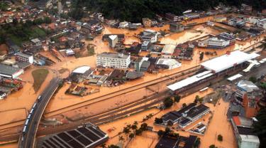 Pemandangan banjir yang merendam wilayah Franco da, sekitar 26 km dari Sao Paulo, Brasil, Jumat (11/3). Hujan deras yang mengakibatkan banjir dan longsor tersebut menewaskan sedikitnya 19 orang. (AFP PHOTO/Marcel Naves)