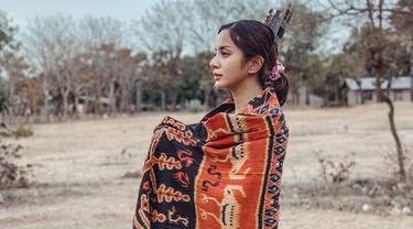 Aktris kelahiran 29 Agustus 1987 tampil berbeda kala menghabiskan waktu di Sumba, Nusa Tenggara Timur beberapa waktu lalu. Ia tampil memesona dengan kain etnik khas Sumba.  (Liputan6.com/IG/@kiranalarasati)