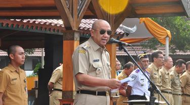 Bupati Cilacap, Tatto Suwarto Pamuji memimpin apel ASN di lingkungan Pemkab Cilacap denga penampilan baru, kepala plontos. (Foto: Liputan6.com/Dinkominfo Cilacap/Muhamad Ridlo)