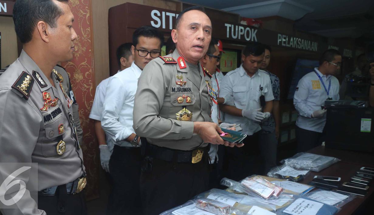 Kapolda Metro Jaya Irjen Pol Muh Iriawan (kedua kiri) saat rilis barang bukti hasil operasi tangkap tangan (OTT) di Kemenhub kemarin, Jakarta, Rabu (12/10). (Liputan6.com/Herman Zakharia)