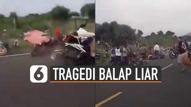 Orang sekitar berusaha menyelamatkan mereka yang terlibat kecelakaan.