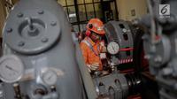 Aktivitas pekerja di Pembangkit Listrik Tenaga Air (PLTA) Bengkok, Bandung, Jawa Barat, Jumat (19/10). PLTA Bengkok memiliki tiga turbin. (Liputan6.com/Faizal Fanani)