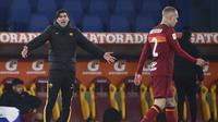 Manajer tim AS Roma, Paulo Fonseca tampak kecewa dengan penampilan pemainnya dalam laga babak 16 besar Coppa Italia 2020/21 melawan Spezia di Olimpico Stadium, Roma, Selasa (19/1/2021). AS Roma kalah 2-4 (2-2) dari Spezia melalui extra time. (LaPresse via AP/Alfredo Falcone)