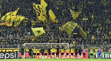 Para pemain Borussia Dortmund menyapa suporter saat merayakan kemenangan atas Inter Milan usai pertandingan Grup F Liga Champions di Signal Iduna Park, Jerman (5/11/2019). Dortmund menang tipis 3-2 atas Inter Milan. (AP Photo/Martin Meissner)