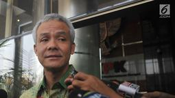 Ekspresi Ganjar Pranowo saat ditanya wartawan usai diperiksa KPK, Jakarta, Selasa (4/7). Ganjar Pranowo diperiksa sebagai saksi terkait kasus korupsi pengadaan e-KTP  dengan tersangka Andi Agustinus alias Andi Narogong. (Liputan6.com/Helmi Afandi)