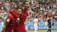 Pemain Portugal, Ricardo Quaresma (kiri) dan Cristiano Ronaldo merayakan gol ke gawang Iran pada laga grup B Piala Dunia 2018 di Mordovia Arena, Saransk, Rusia, (25/6/2018). Portugal dan Iran bermain imbang 1-1. (AP/Pavel Golovkin)