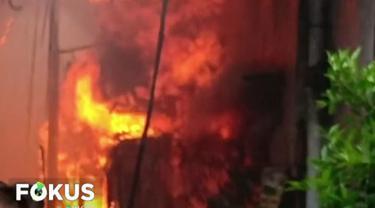 Belum diketahui pasti penyebab kebakaran, meski sejumlah warga menduga akibat kompor yang ditinggal pergi saat digunakan untuk memasak.