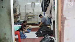 Pekerja menyelesaikan jahitan pesanan pelanggan di kawasan Tambora, Jakarta, Kamis (5/9/2019). Rendahnya penyerapan pasar dan lemahnya kebijakan safeguard dalam melindungi pelaku industri dalam negeri membuat industri tekstil dan produk tekstil (TPT) tertekan. (merdeka.com/Iqbal Nugroho)
