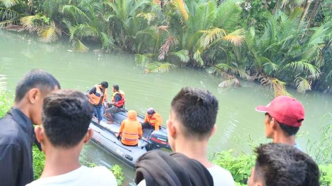 Warga sempat merekam saat korban dibawa oleh buaya yang menerkamnya keliling sungai (Liputan6.com/Ahmad Akbar Fua)