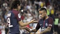 Pemain PSG, Edinson Cavani (kiri) merayakan gol bersama Neymar saat melawan Saint Etienne pada lanjutan Ligue 1 Prancis di Parc des Princes stadium, Paris, (25/8/2017). PSG menang 3-0. (AP/Kamil Zihnioglu)