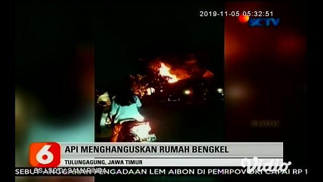 Kebakaran hebat melanda sebuah rumah dan bengkel di Desa Kepuh, Kecamatan Boyolangu, Kabupaten Tulungagung, Senin malam (4/11/2019). Sebelum akhirnya berhasil dipadamkan dalam waktu 3,5 jam.