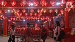 Warga keturunan Tionghoa mendatangi Klenteng Hok Lay Kiong, Bekasi, Jawa Barat, Kamis (11/2/2021) malam. Sembahyang di malam Imlek ini sebagai ungkapan syukur atas rezeki dan keselamatan dari Tuhan serta untuk pengharapan kehidupan lebih baik di tahun Kerbau. (Liputan6.com/Herman Zakharia)