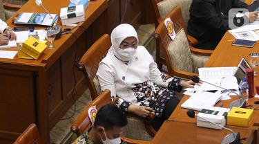 Menteri Tenaga Kerja Ida Fauziah mengikuti rapat dengar pendapat dengan Komisi IX DPR di Komplek Parlemen, Jakarta, Rabu (7/4/2021). Dalam rapat tersebut Komisi IX menyampaikan bahwa Kementerian Tenaga Kerja agar memperhatikan nasib kesejahteraan wartawan. (Liputan6.com/Angga Yuniar)