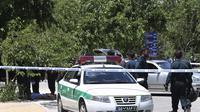 Kepolisian merespons peristiwa penembakan dan ledakan di kompleks Parlemen Iran dan Makam Ayatollah Khomeini di Tehran, (7/6/2017) (AP)
