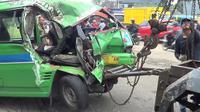 Angkot yang mengalami kecelakaan di Jalan Transyogi, Desa Mekarsari, Kecamatan Cileungsi, Kabupaten Bogor, Jawa Barat, Senin (4/2/2019). (Liputan6.com/Achmad Sudarno)