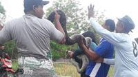 Warga Karawang Menangkap ular piton jumbo jenis sanca kembang yang diduga sedang kelaparan. (Foto: Liputan6.com/Abramena)