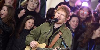 Kabar bahagia datang dari peyanyi Ed Sheeran. Belakangan ini seorang sahabatnya menyebut bahwa Ed telah bertunangan dengan kekasihnya yang sudah menjalin cinta dengannya sejak tahun 2015. (AFP/Bintang.com)