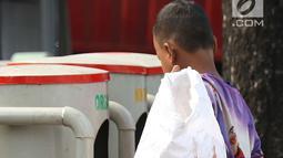 Seorang anak memungut sampah plastik di Jakarta, Rabu (12/9). Komitmen Indonesia bebas pekerja anak pada tahun 2022 sejalan dengan hasil Konferensi Global IV tentang 'Pemberantasan Pekerja Anak yang Berkelanjutan'. (Liputan6.com/Immanuel Antonius)