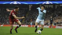 Gelandang Manchester City, Leroy Sane, berusaha melewati bek Liverpool, Trent Alexander-Arnold, pada laga leg kedua perempat final Liga Champions di Stadion Etihad, Rabu (11/4/2018). Manchester City takluk 1-2 dari Liverpool. (AP/Rui Vieira)