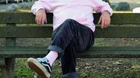 Gaya kakek asal Jerman, Alojz Abram saat berpose di sebuah taman kota. (Instagram/jaadiee)