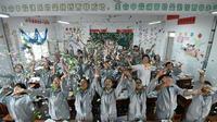 Para siswa melemparkan sobekan kertas melepaskan stres sebelum ujian masuk perguruan tinggi di sebuah sekolah tinggi di Handan, Provinsi Hebei China utara, (24/5). Cara unik ini dilakukan agar para siswanya lebih rileks menghadapi ujian. (AFP PHOTO/STR)