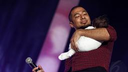Penyanyi Marcell Siahaan juga mengajak bayinya, Seth Ananda Siahaan, yang usianya belum genap satu bulan ke atas panggung, Jakarta, (20/10/14). (Liputan6.com/Faizal Fanani)