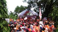 Ribuan pendukung ikut dalam iring-iringan calon petahana Pilkada Kota Makassar, yakni pasangan Moh Romdhan Pomanto dan Indira Mulyasari. (Liputan6.com/Eka Hakim)