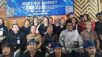 Masyarakat Suku Baduy Luar mendapatkan pelatihan dan sosialisasi penggunaan Quick Respon Code Indonesia Standart (QRIS) dari Bank Indonesia (BI) Kantor Perwakilan (KPw) Banten. (Liputan6.com/Yandhi Deslatama)