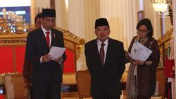Presiden Jokowi bersama Wapres Jusuf Kalla dan Menkeu Sri Mulyani bersiap memberi keterangan terkait THR di Jakarta, Rabu (23/5). Jokowi sudah menandatangani Perpres soal Tunjangan Hari Raya (THR). (Liputan6.com/Angga Yuniar)