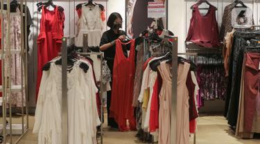 Pramuniaga merapikan baju pada bazar permanen Red Hot Deals di SOGO departement Store Lippo Mall Puri, Jakarta (24/04/2021). Bazar yang digelar selama bulan suci Ramadan melengkapi beragam produk fashion hingga home dari brands ternama dengan harga terjangkau. (Liputan6.com/Fery Pradolo)
