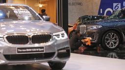 Pekerja membersihan mobil BMW BMW X7 xDrive40i Pure Exchallence di pameran GIIAS 2019, di ICE BSD, Tangerang, Jumat (19/7/2019). Mobil berkapasitas 3,0 liter enam silinder mampu menghembuskan daya hingga 340 Tk pada 5500 sampai 6500 rpm. (Liputan6.com/Fery Pradolo)