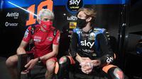 Luca Marini bersama bos Ducati, Gigi Dall'Igna pada sesi tes shakedown MotoGP Qatar, Jumat (05/03/2021). (Twitter/SKY Racing VR46)