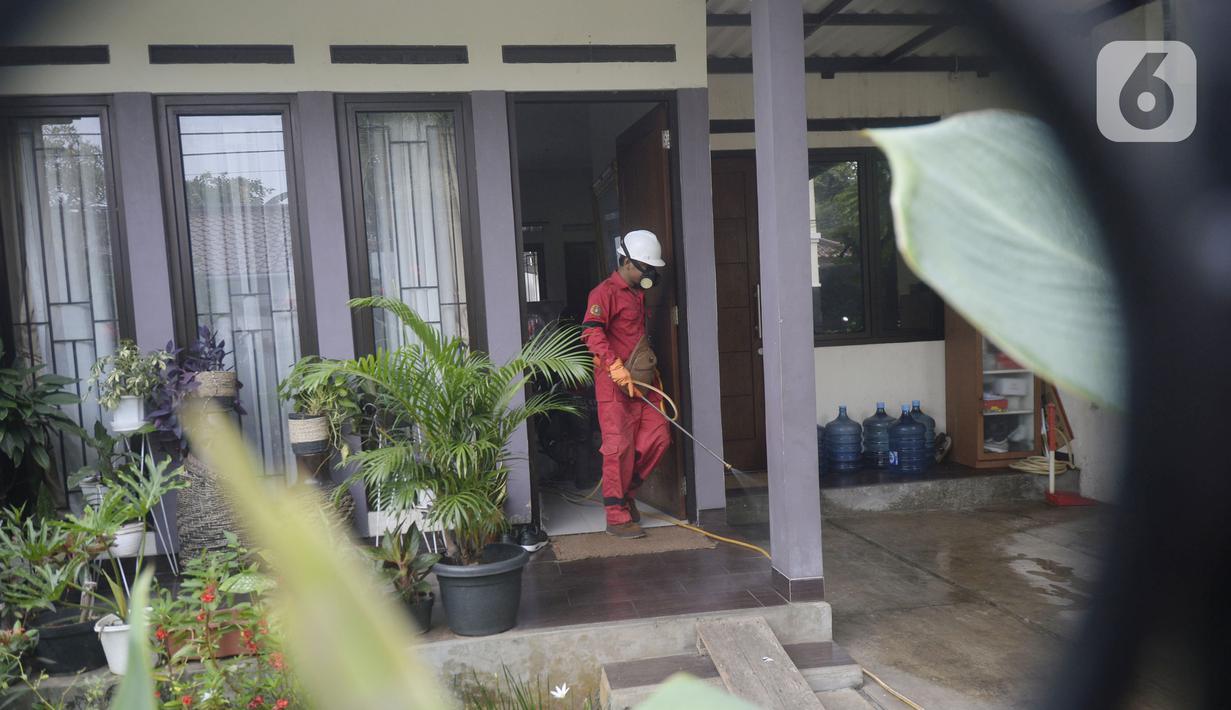 Petugas menyemprotkan cairan disinfektan di Perumahan Bukit Nusa Indah, Tangerang Selatan, Banten, Kamis (26/3/2020). Penyemprotan dilakukan untuk mengantisipasi penyebaran virus corona COVID-19 serta menyosialisasikan imbauan agar warga mengurangi aktivitas di luar rumah. (merdeka.com/Dwi Narwoko)