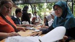 Orangtua murid melakukan pendaftaran Penerimaan Peserta Didik Baru (PPDB) Jalur Zonasi di SMA Negeri 21, Jakarta, Senin (24/6/2019). Pendaftaran PPDB DKI Jakarta Jalur Zonasi SMP-SMA dibuka pada 24-26 Juni 2019 mulai pukul 08.00-16.00 WIB. (merdeka.com/Iqbal Nugroho)
