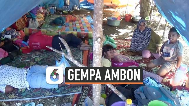 Warga yang mengungsi karena gempa di Ambon, Maluku alami kondisi yang sulit. Mereka belum menerima bantuan dari pemerintah walaupun telah seminggu lebih di pengungsian.