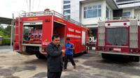 Aksi petugas pemadam kebakaran Kabupaten Sarolangun memarkir mobil Damkar di gedung DPRD (Foto Yansah)