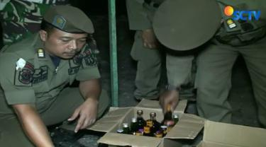 Di sini petugas mendapati puluhan botol minuman keras yang disimpan dalam gerobak jamu.