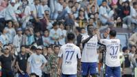 Para pemain Persib Bandung merayakan gol yang dicetak oleh Ezechiel N'douassel, ke gawang Perserang pada laga persahabatan di Stadion Maulana Yusuf, Banten, Kamis (1/3/2018). Persib menang 6-0 atas Perserang. (Bola.com/M Iqbal Ichsan)