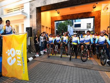 Direktur Bank BTN Iman Nugroho Soeko bersama jajaran Direksi Oni Febriarto, Andi Nirwoto, Dasuki Amsir dan Nixon Napitupulu melepas bendera start tanda dimulainya fun bike HUT BTN di halaman gedung BTN Pusat Jakarta, Sabtu (9/2). (Liputan6.com/HO/Hedi)