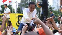 Capres nomor urut 01 Joko Widodo menyalami pendukungnya usai menghadiri Deklarasi Alumni UI untuk Jokowi-Amin di Plaza Tenggara GBK, Jakarta, Sabtu (12/1). Deklarasi dihadiri perwakilan alumni dari berbagai kampus. (Liputan6.com/Helmi Fithriansyah)