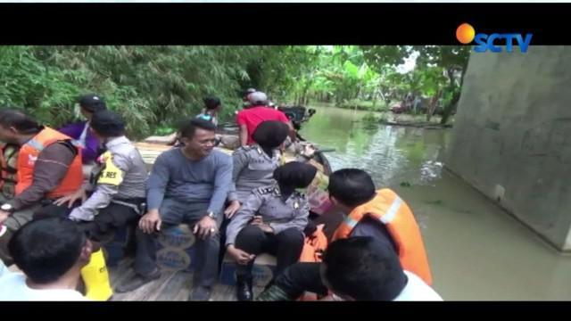 Sungai Bengawan Solo meluap, lima desa di Bojonegoro, Jawa Timur, terendam banjir. Hal ini menyebabkan akses jalan antardesa terputus dan mengisolir aktivitas warga.