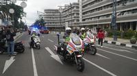 Aparat kepolisian berjaga di kawasan Asia Afrika, Kota Bandung, Kamis (31/12/2020). (Liputan6.com/Huyogo Simbolon)