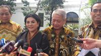 Ketua Umum INSA Carmelita Hartoto didampingi Menteri Perhubungan Budi Karya (kanan) di Istana Kepresidenan, Jakarta, Rabu (4/12/2019). (Merdeka.com/Intan Umbari Prihatin)
