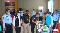 Petugas Lapas Kelas IIA Cikarang Kabupaten Bekasi menjalani tes urine. (Foto: Istimewa)