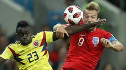 Bek Kolombia, Davinson Sanchez, menjaga ketat striker Inggris, Harry Kane, pada babak 16 besar Piala Dunia di Stadion Spartak, Moskow, Selasa (3/7/2018). Inggris menang 1-1 (4-3) atas Kolombia. (AP/Alastair Grant)