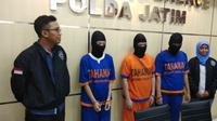 Kepolisian Daerah (Polda) Jawa Timur (Jatim) menangkap tiga tersangka kasus dugaan ITE berupa Ilegal akses jenis carding. (Foto: Liputan6.com/Dian Kurniawan)
