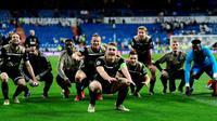Para pemain Ajax Amsterdam melakukan selebrasi usai mengalahkan Real Madrid pada leg kedua babak 16 besar Liga Champions di Stadion Santiago Bernabeu, Madrid, Spanyol, Selasa (5/3). lolos ke perempat final Liga Champions. (GABRIEL BOUYS/AFP)